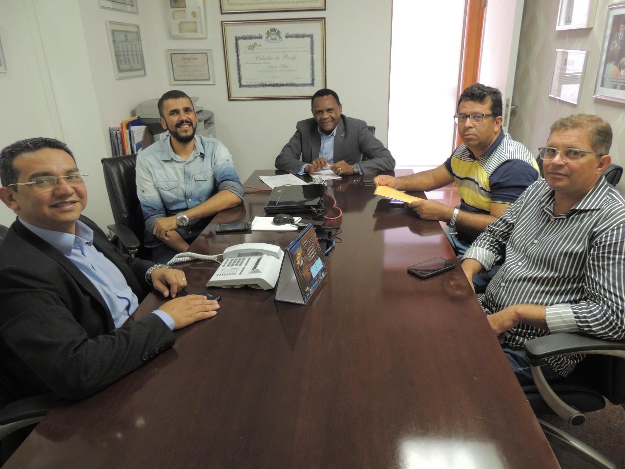 Ossesio Silva e Carlos Santos se reúnem com conselheiros tutelares de Caruaru
