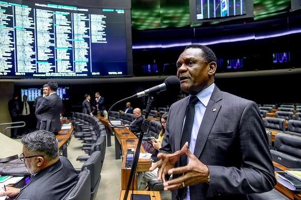 Projeto obriga participação de negros em publicidade do governo