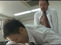 仕事中なのに上司の性欲処理をさせられる部下の男性社員