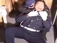見回り中に強盗に襲われアナルを犯されるビルの警備員