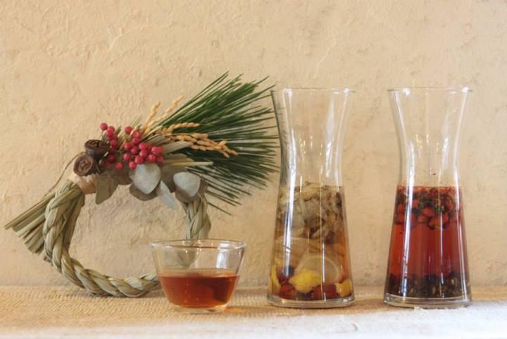 和ハーブを日本酒に漬け込むだけ。正月の縁起酒「お屠蘇」の作り方とオリジナルレシピ2つ