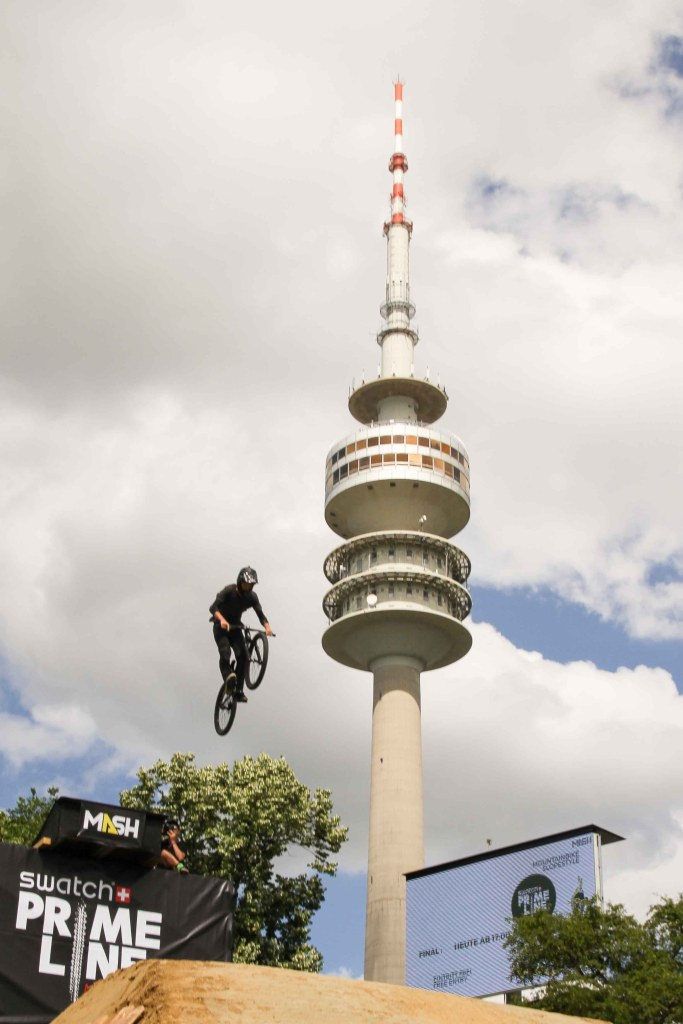 Fahrer beim Munich Mash neben Olympiaturm