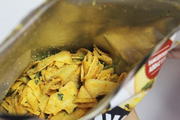 Соленые яйца чипсами из маниоки