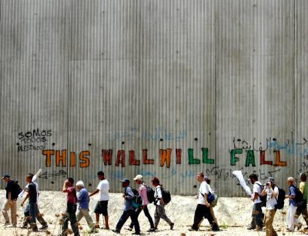 Inscrição de protesto (e esperança) no muro construído por Israel para segregar territórios palestinos