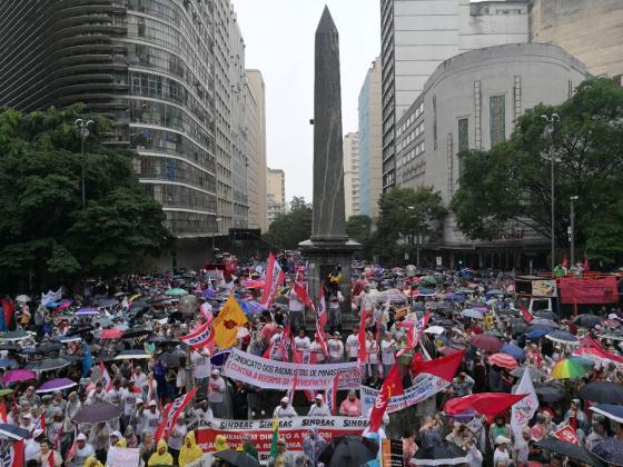 Manifestação de mais de 100 mil pessoas lota as ruas de Belo Horizonte (MG), mesmo sob chuva, em 28/4
