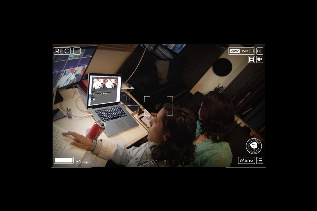 Jess, dirigiendo las cámaras