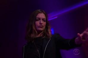 饒舌新星?Anne Hathaway 與 James Corden 在深夜節目上精彩對嗆