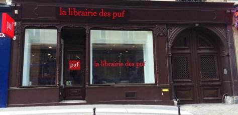 14943475-la-mythique-librairie-parisienne-des-puf-rouvre-et-embauche-un-robot-libraire