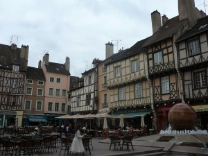 chalon-courtyard-dining