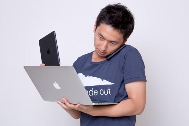 とにかくたくさんスマホやパソコンを忙しそうにを使う男性