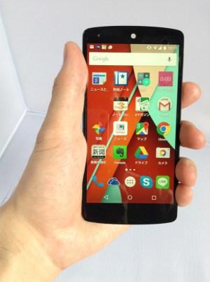 Nexus 5を手で持っている写真