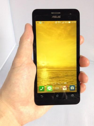 Zenfone 5を手で持っている写真