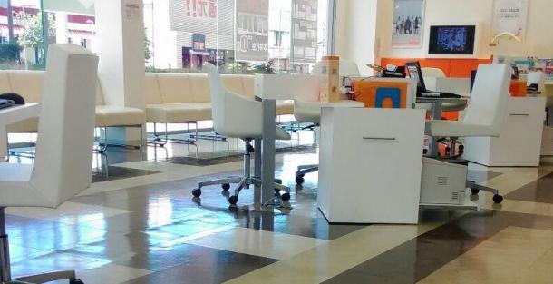 auショップの受付用テーブル