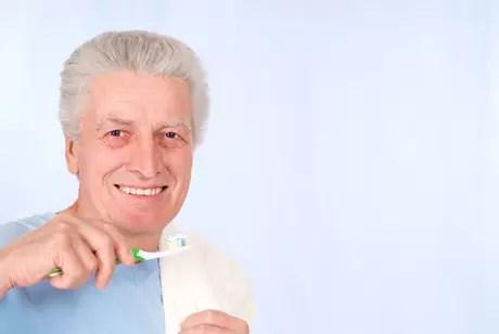 Não escovar os dentes diariamente e esquecer a higienização após as refeições contribuem para a maior acidez da saliva e surgimento da placa bacteriana, que costumam deixar os dentes mais porosos e com aspecto envelhecido
