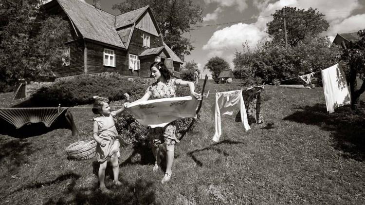 Erna (Laura Peterson) er lykkelig mor før deportasjonen i Der vindane møtes (Foto: AS Fidalgo).
