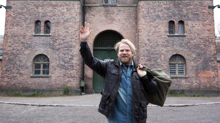 Benedikt Skovrand (Anders Baasmo Christiansen) kjører god Egon Olsen stil i det han slipper ut på prøve. (Foto: TV2, Kamerakameratene)