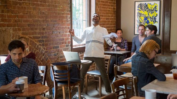 Når du ikke har wi-fi hjemme, så du går på cafe for å holde en audition over skype. (Foto: Netflix)