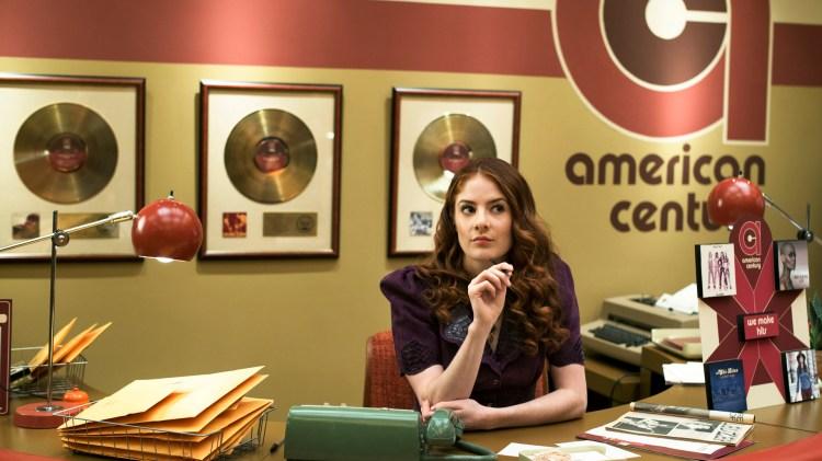 Kontoret til American Century records. Kledelig kledd i gullplater. (Foto: HBO Nordic)