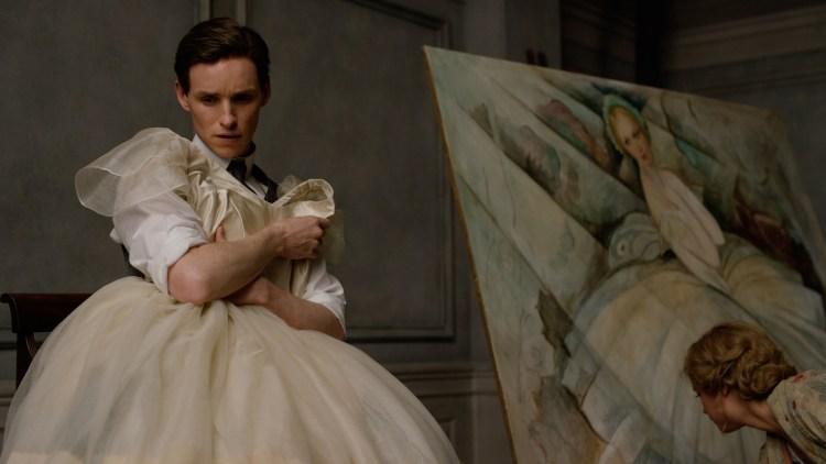 Einar (Eddie Redmayne) er stand-in for modellen som Gerda (Alicia Vikander) maler i Den danske piken (Foto: United International Pictures).