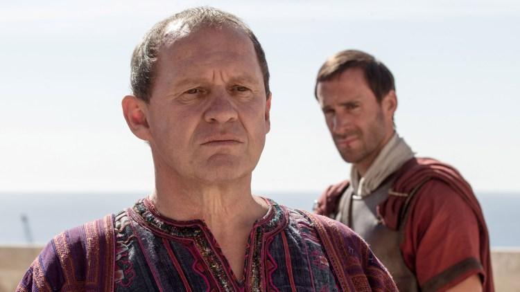 Pontius Pilatus (Peter Firth) befaler Clavius (Joseph Fiennes) i Risen (Foto: United International Pictures).