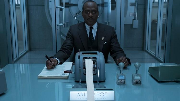 K. Todd Freeman spiller den ekstremt lettlurte bankmannen Mr. Poe i Den onde greven. (Foto: Joe Lederer/Netflix).
