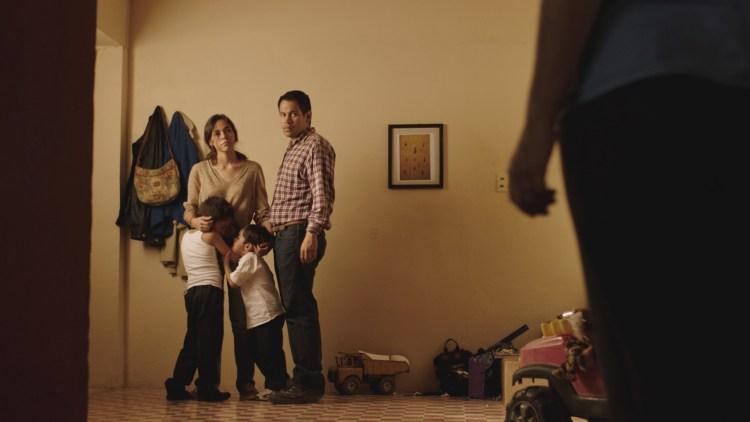 Alejandra (Ruth Ramos) og Ángel (Jesús Meza) med sine to barn i Det Fremmede. (Foto: Mer Film)