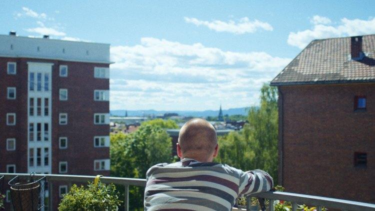 """Regissør Ole Giæver filosoferer om livet i """"Fra balkongen"""". (Foto: Mer Film)"""