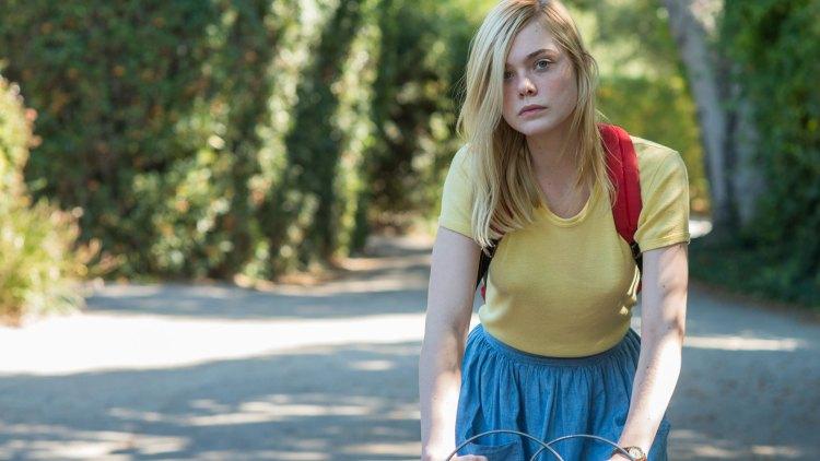 Elle Fanning spiller Julie i Moderne kvinner. (Foto: Norsk Filmdistribusjon).