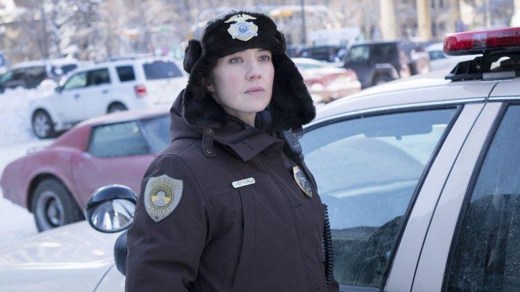 Carrie Coon spiller hovedrollen på riktig side av loven. Og nok en gang er sheriffen vår en hardtarbeidende og lun rollefigur med både hjerte og hjerne på rett plass. (Foto: HBO Nordic, FX)