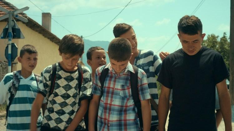 """En kameratgjeng er på vei til skolen i """"Fluefangeren"""". (Foto: Europafilm)"""