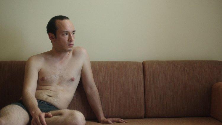 Majd Mastoura er svært troverdig når han viser fram utviklingen i rollefiguren Hedi. (Foto: Arthaus)
