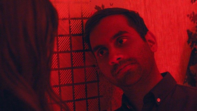 Aziz Ansari fortsetter å rendyrke episodenes egenart i seriens andre sesong. Både i tema,  form og utseende.  (Foto: Netflix)