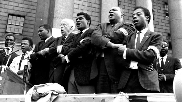 Borgerrettsforkjempere i New York synger til minne om fire jenter som ble drept i et bombeangrep på en kirke i sørstatsbyen Birmingham i 1963. James Baldwin til høyre. (Foto: Scanpix)