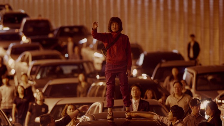 "Mija (An Seo Hyun) drar på jakt etter kjæledyret sitt i Bong Joon Hos film ""Okja"". (Foto: Netflix)"