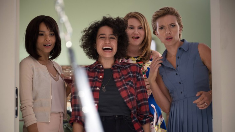 "Blair (Zoë Kravitz), Frankie (Ilana Glazer) Alice (Jillian Bell) og Jess (Scarlett Johansson) i ""Siste kveld med jentene"". (Foto: United International Pictures)"