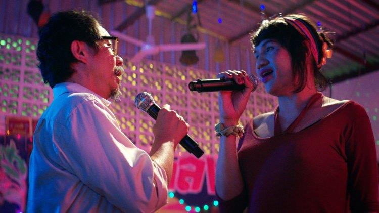 Thana synger duett med en transvestitt. Det ser bedre ut enn det høres. (Foto: Fidalgo)