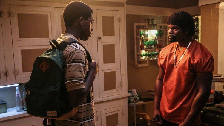 Franklin (Damson Idris) vet at spillet er rigget for en svart ungdom i L.A. og får hjelp av sin doplangende onkel til å komme seg opp og fram. (Foto: HBO Nordic)