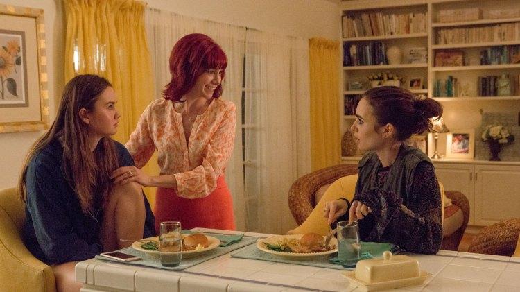 Eli har et trøblete forhold til alle i familien sin, bortsett fra sin søster. (Foto: Netflix)
