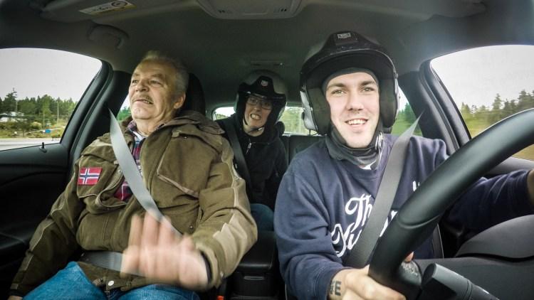 """Martin Schanche, Preben Fjell og Dennis Vareide kjører bil på glattkjøringsbane i """"Prebz og Dennis: The Movie"""" (Foto: North Sea Productions AS)"""