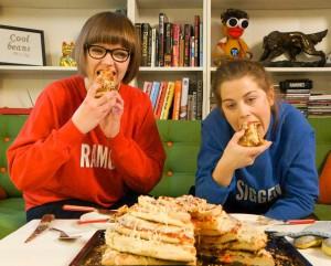 Ramona og Siggen forbruker-tester pizzatårnet. (Foto: Karl Arthur Honerud Pedersen, NRK)