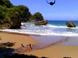 Pantai Dangkal di Pacitan. (Foto: Arif Sasono)