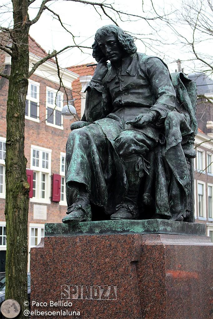 Estatua dedicada a Spinoza en La Haya situada en las proximidades de la casa donde vivía. Foto: © Lola Vázquez.