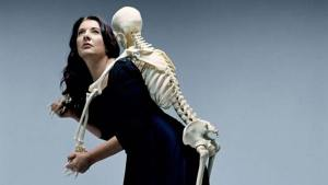 Marina-Abramovic_Carrying-the-Skeleton