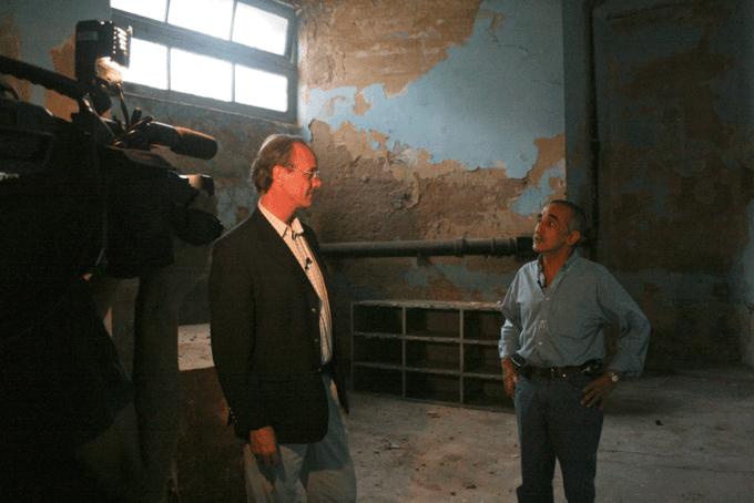 Daniel Gollán se reencuentra con su compañero Alfredo Vivono en el sótano donde ambos estuvieron detenidos desaparecidos en 1975.