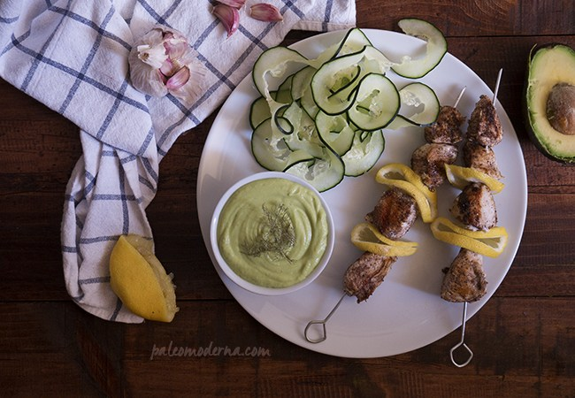 Brochetas de pollo con Tzatziki de aguacate
