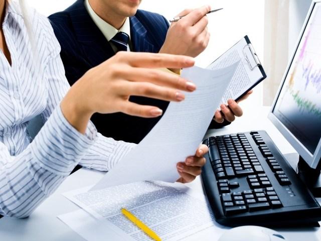 midia-indoor-negocio-tecnologia-computador-mesa-trabalho-mulher-homem-mao-colega-comunicacao-desktop-emprego-teclado-reuniao-monitor-escritorio-papel-pessoa-pl1