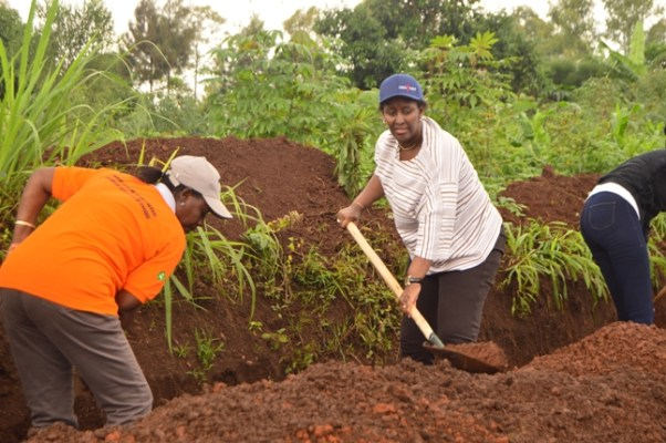 Madamu Jeannette Kagame ateruye igitiyo batunganya inzira y'amazi