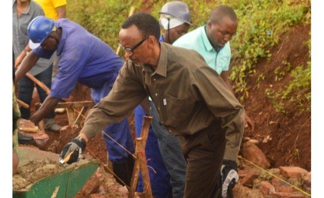 Perezida Paul Kagame mu kubaka inzira zitwara amazi ku mihanda itunganywa mu mujyi wa Kayonza