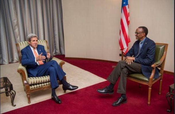 Perezida wa Repubulika Paul Kagame yakiriye mu biro bye John Kerry Umunyamabanga wa Leta muri Leta Zunze Ubumwe za Amerika witabiriye inama mpuzamahanga ya 28 y'ibihugu byasinye amasezerano ya Montréal yo kurengera ikirere. (Photo/Urugwiro)