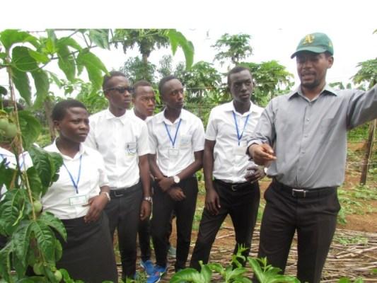 Umuyobozi wa Gashora Girls academy yereka abanyeshuri ba IPRC uburyo bahinga amatunda. (Photo/Cypridion)